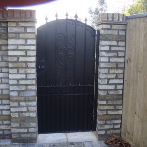 Pedestrian_gate_with_privacy_screen